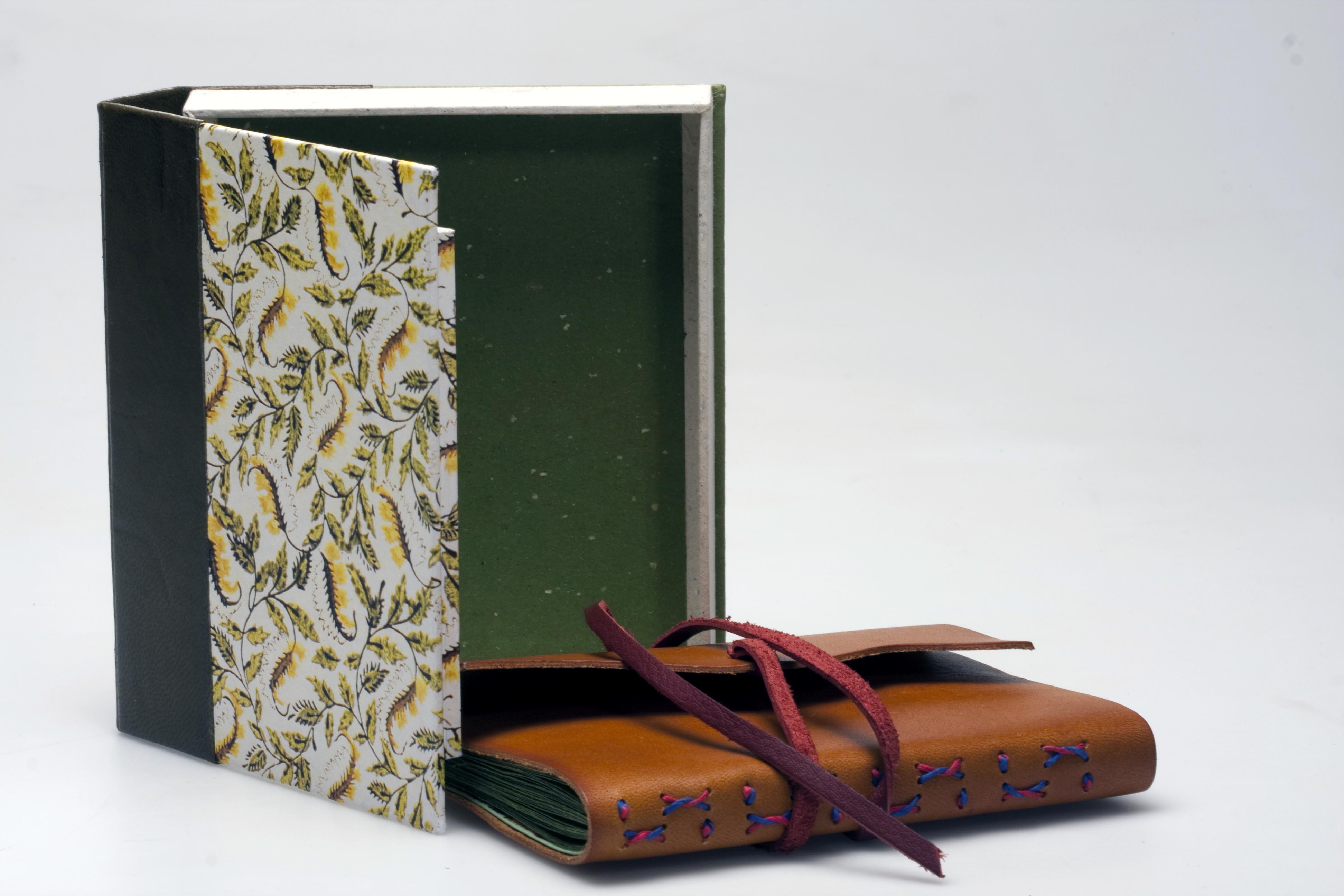 Cuaderno con caja cuero natural.