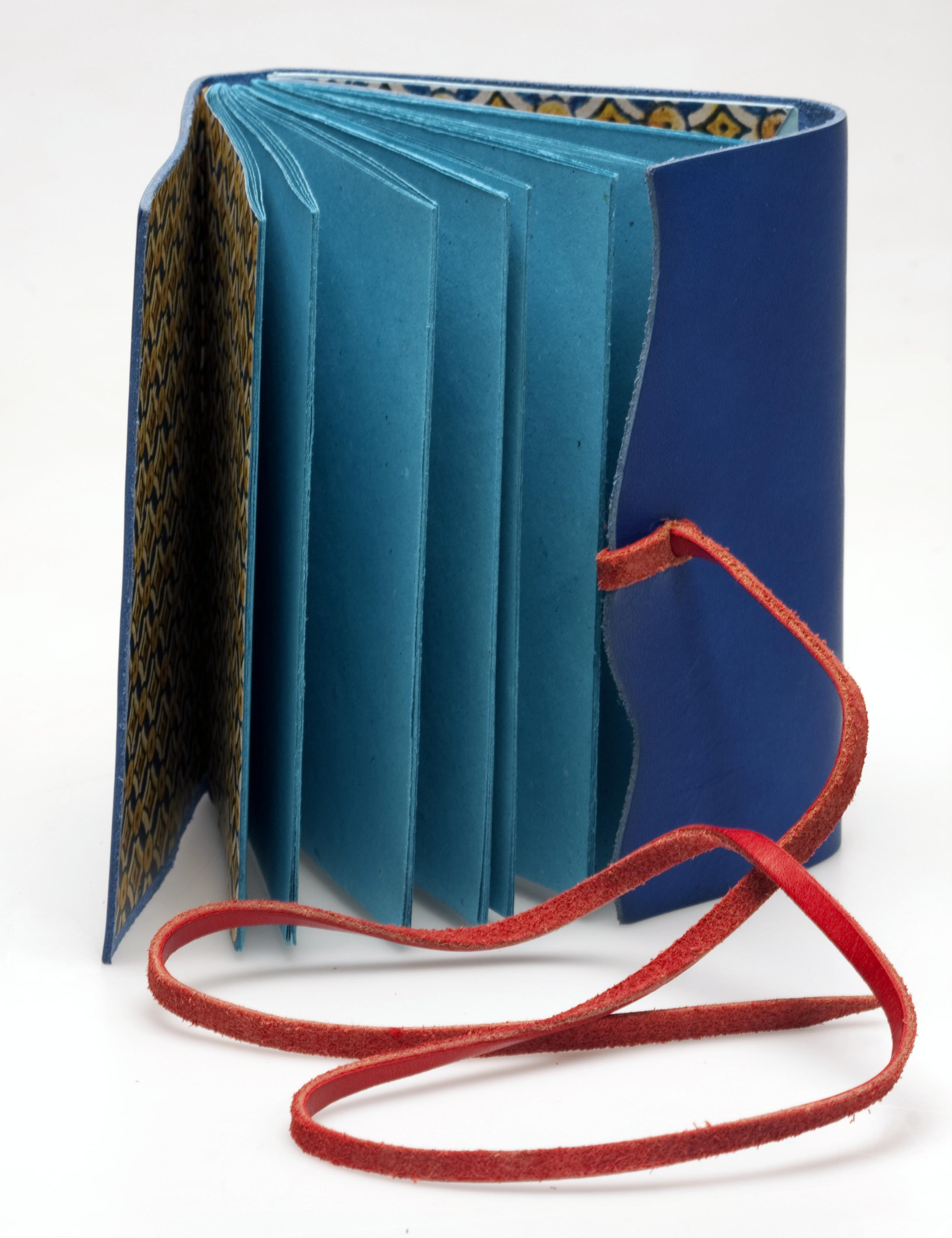 Cuaderno cuero azul.