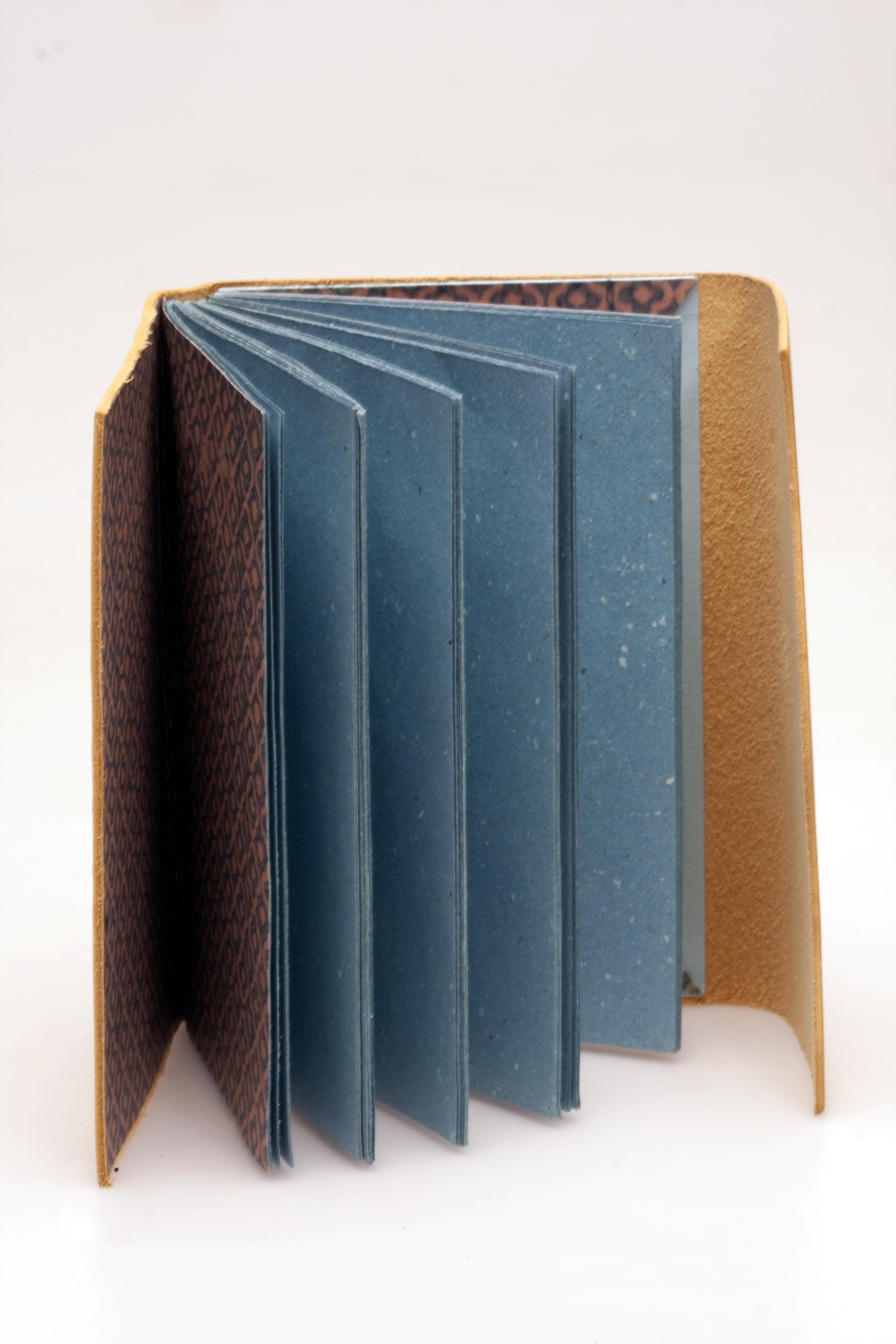 Cuaderno cuero amarillo.